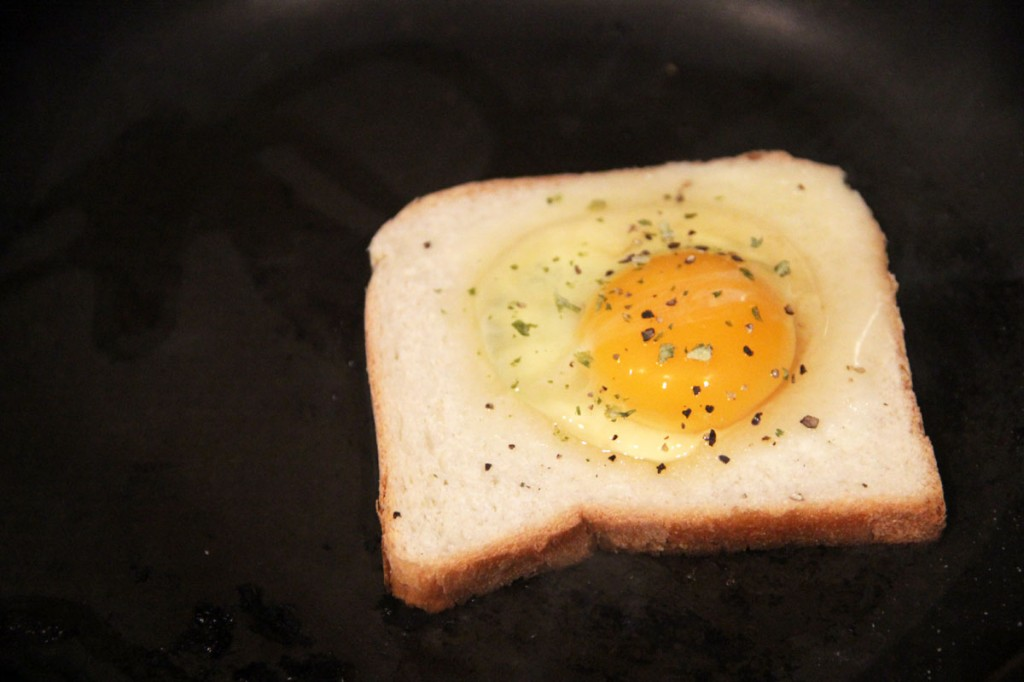 egg-in-hole-avant-cuisson
