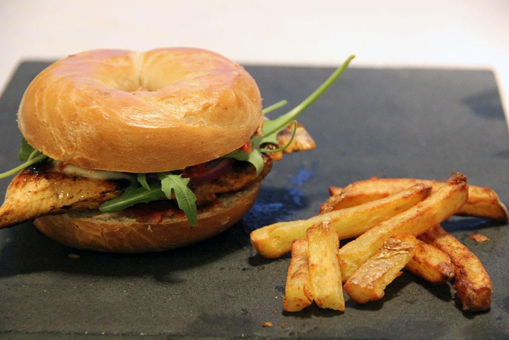 bagel-burger-poulet-tomate-cerise-3