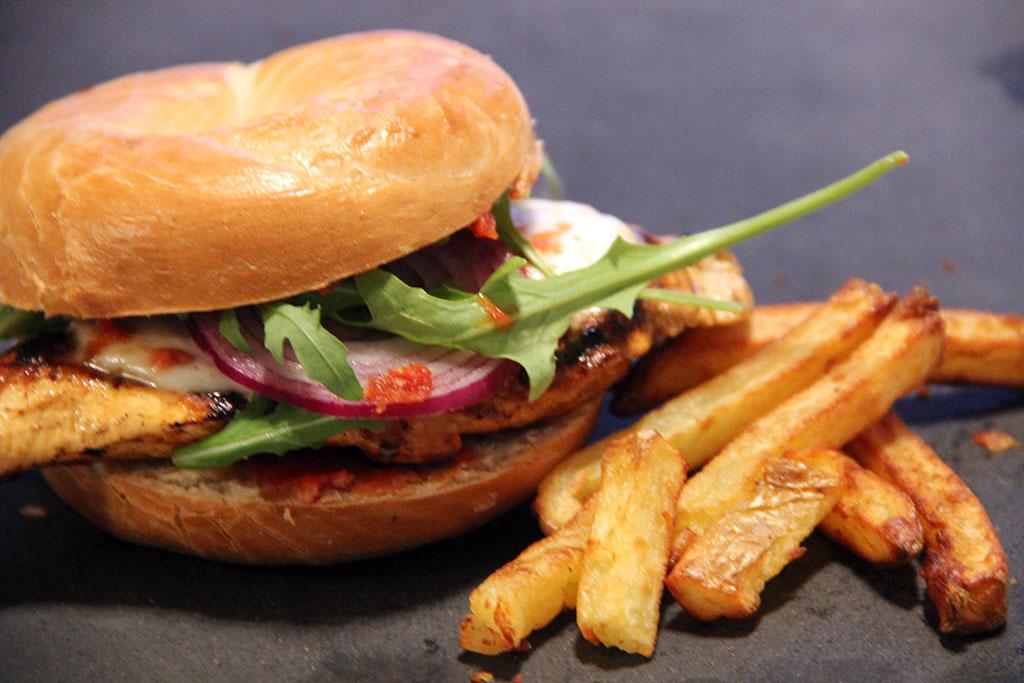 bagel-burger-poulet-tomate-cerise