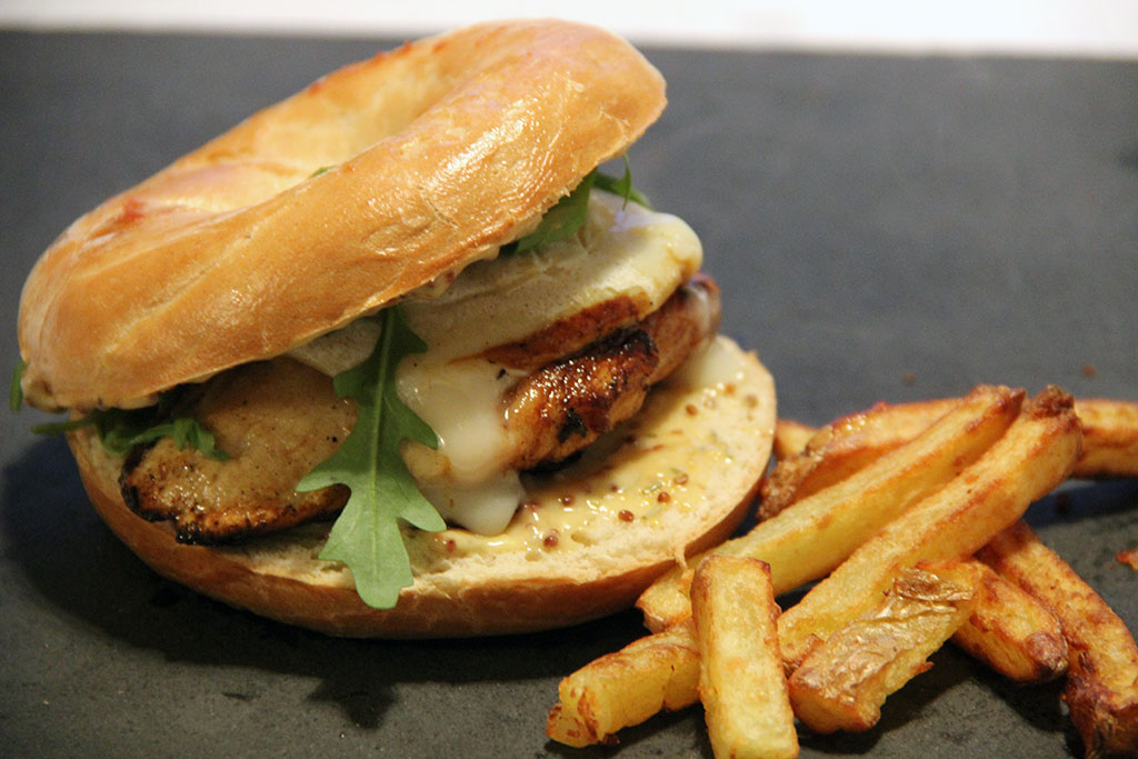 burger-bagel-poulet-miel-2