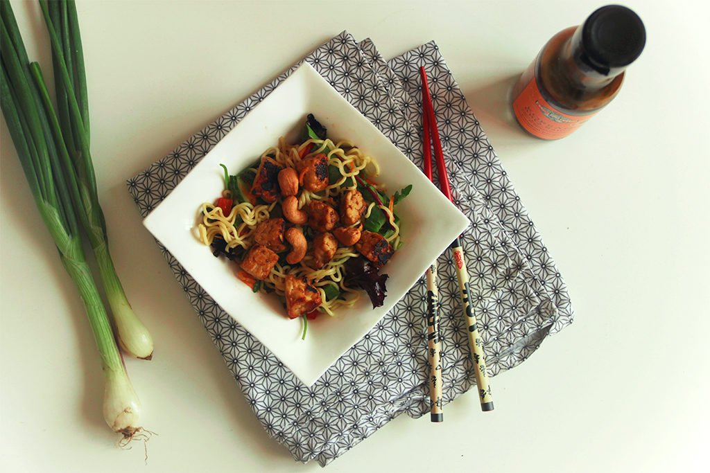 Salade de nouilles ramen au tempeh