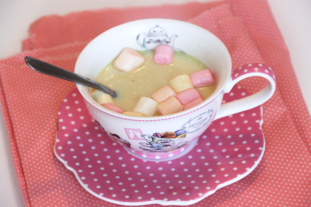 Chocolat blanc chaud aux marschmallows