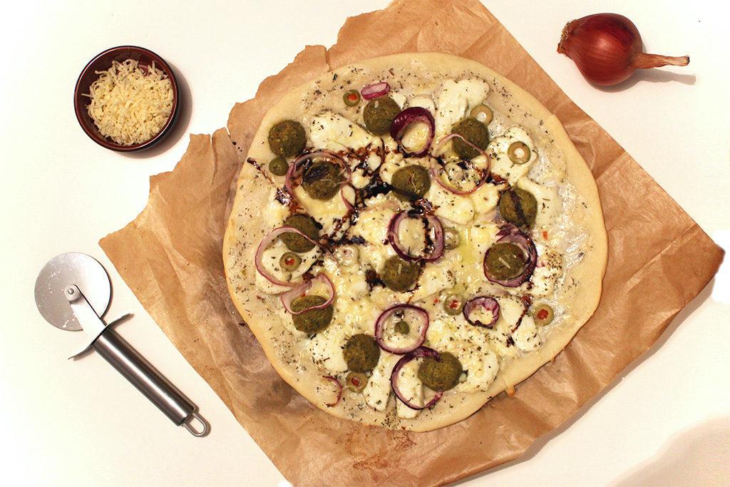 Pizza aux falafels et halloumi