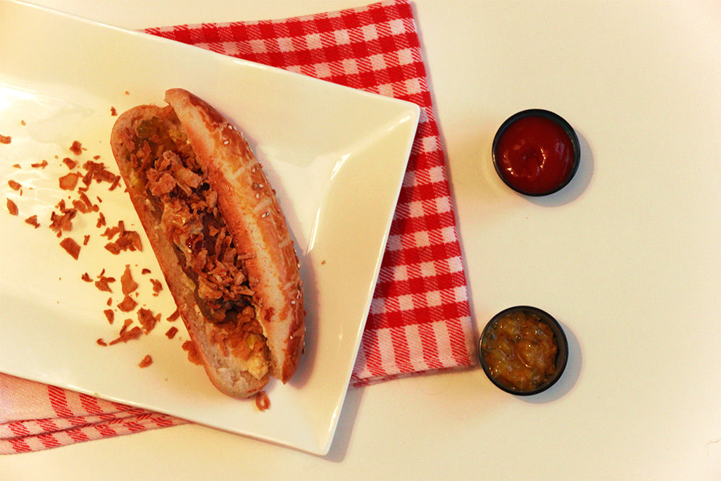 Hot-dog au relish et oignons frits