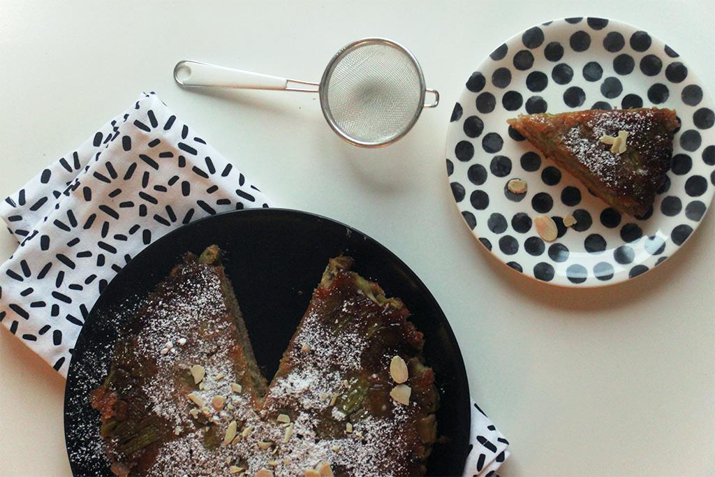 Gâteau renversé à la rhubarbe et à la confiture