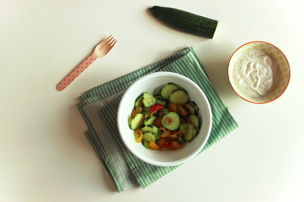 Concombres à la crème aux tomates, olives et zaatar